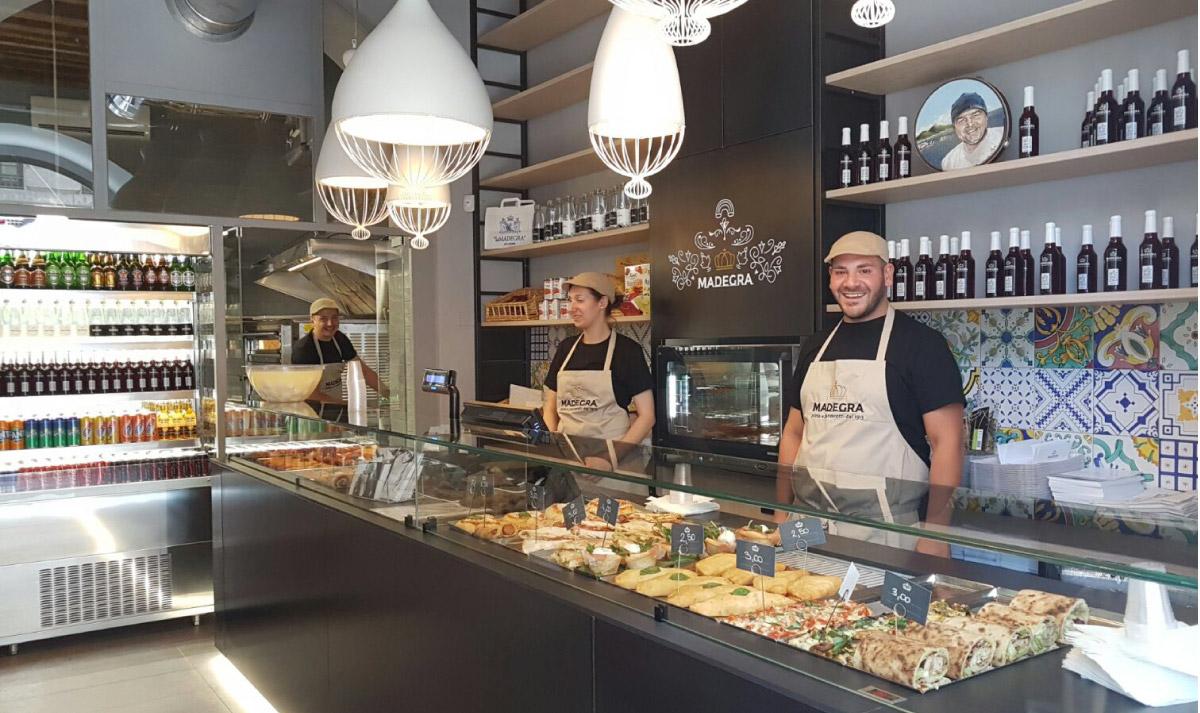 mintlab-brandidentity-Madegra-pizza-e-panzerotti-esterno-insegna-grafica-interno-locale
